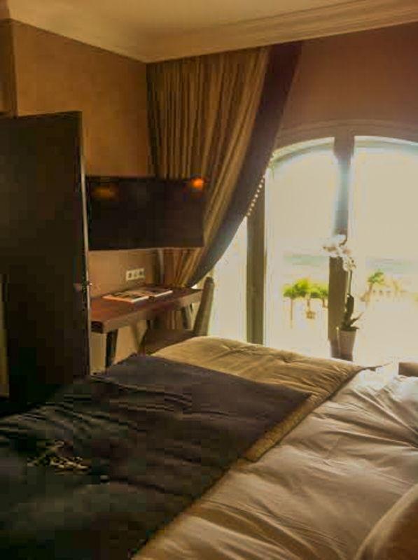 Télévision à écran plat et espace bureau au Régina Hôtel à Biarritz