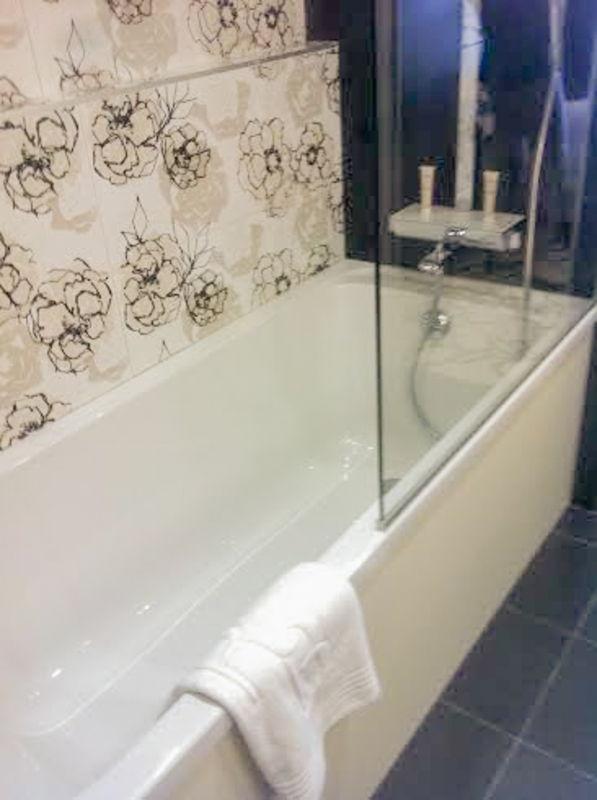 Dans la salle de bains privative attenante du Régina Hôtel & spa à Biarritz