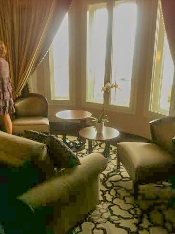 Un recoin salon dans la suite du Régina Hôtel à Biarritz