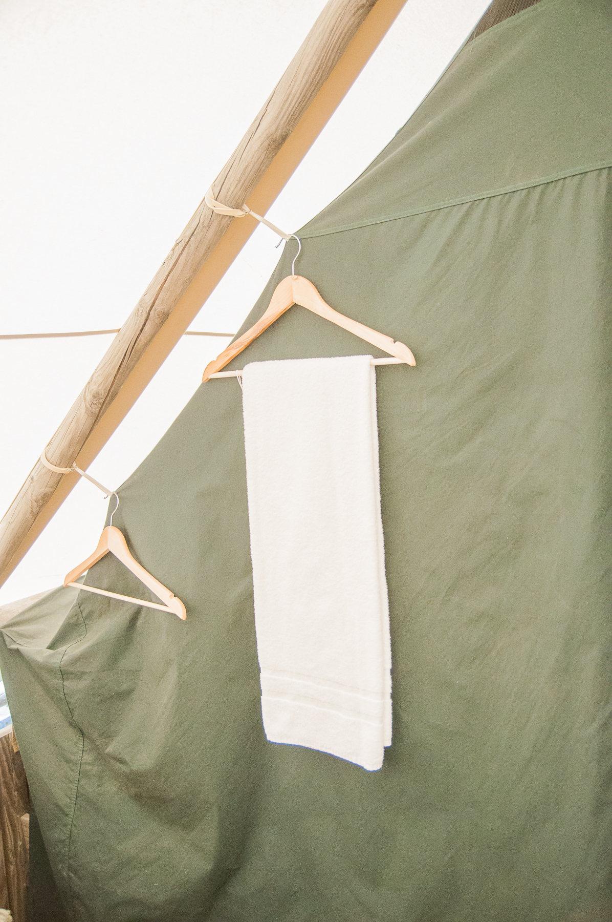 Même des cintres dans la tente Huttopia