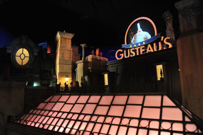 Dans le décor de l'attraction Ratatouille à Eurodisney