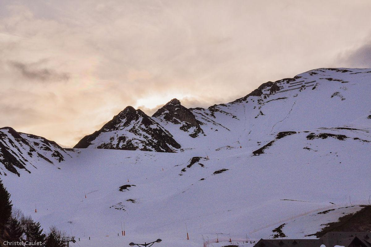 Vue sur les monts enneigés de Peyragude