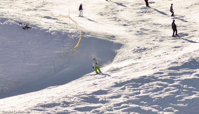 Quelques virages sur la piste de ski à Peyragude