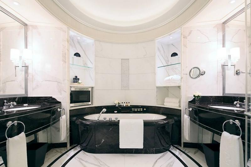 Dans la salle de bains privative attenante au Péninsula Paris