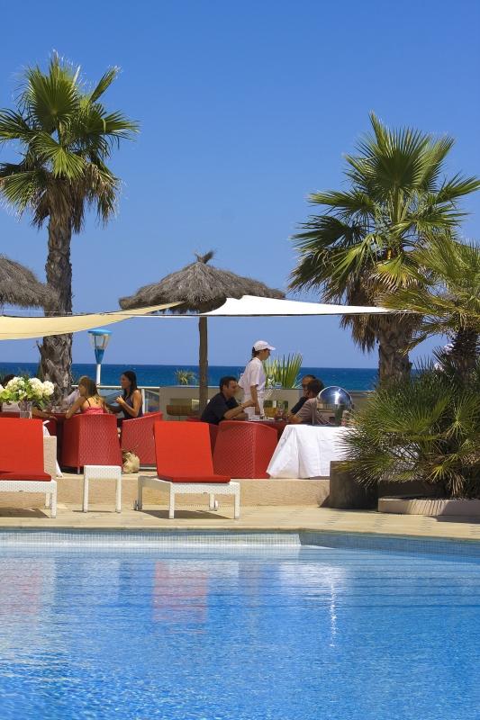 La belle piscine de l'Hôtel les Flamants Roses à Canet-de-Roussillon