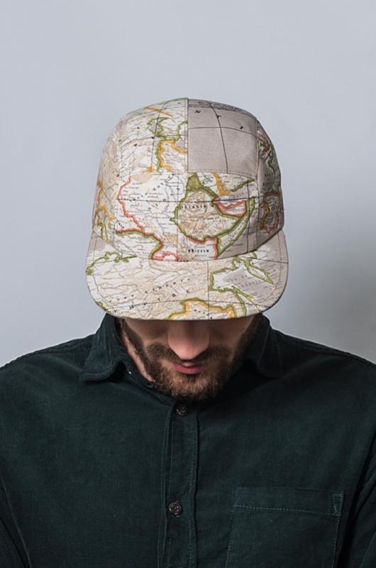 Une mappemonde sur une casquette de Neypo