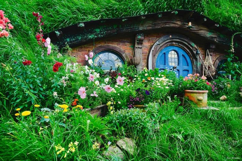 Décor avec une maisonnette magnifique du Hobbit