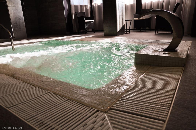 Bain à remous au spa du Palladia à Toulouse