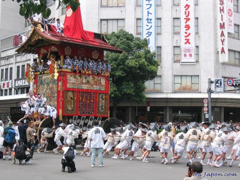 Une foule présente au Gion Matsuri au Japon