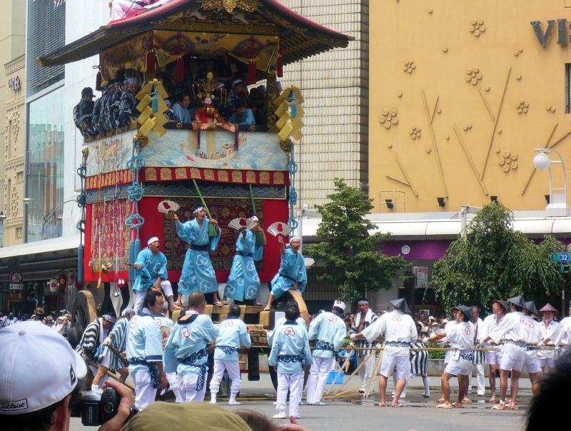 Des chars déambulent pour Gion Matsuri au Japon