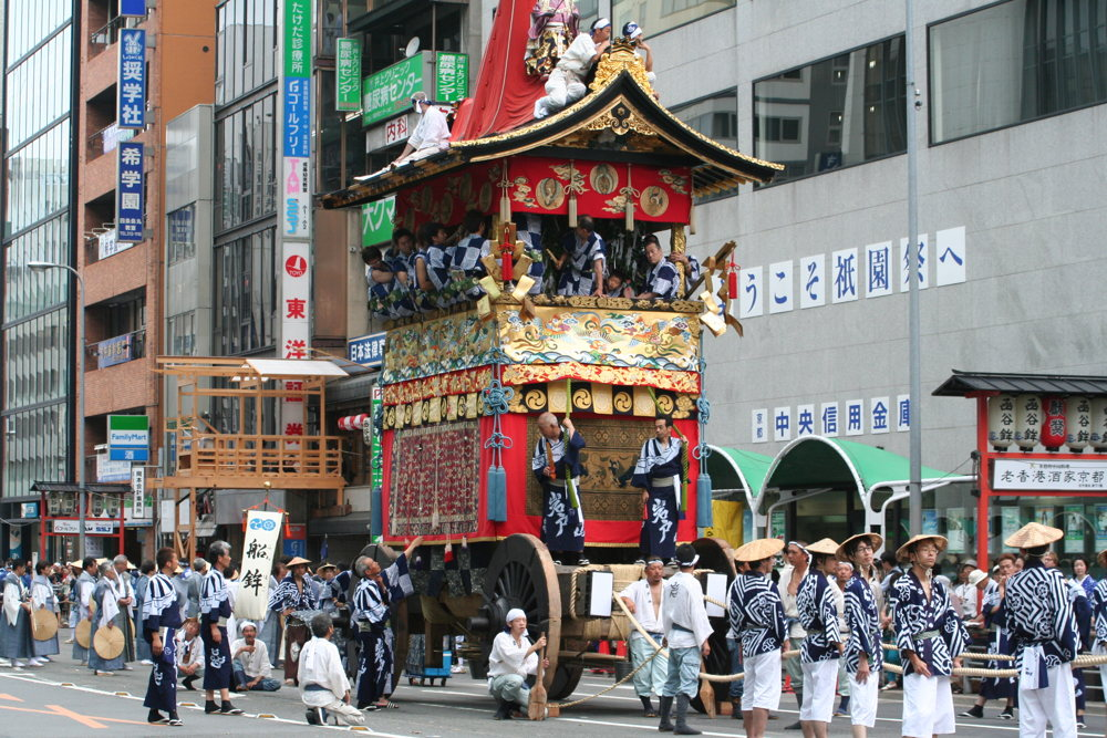 Un défilé traditionnel à Gion Matsuri au Japon