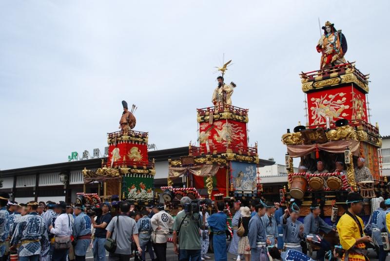 Une trentaine de chars déambulent dans la ville à Gion Matsuri au Japon