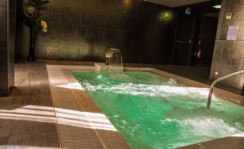 La belle piscine au spa du Palladia à Toulouse