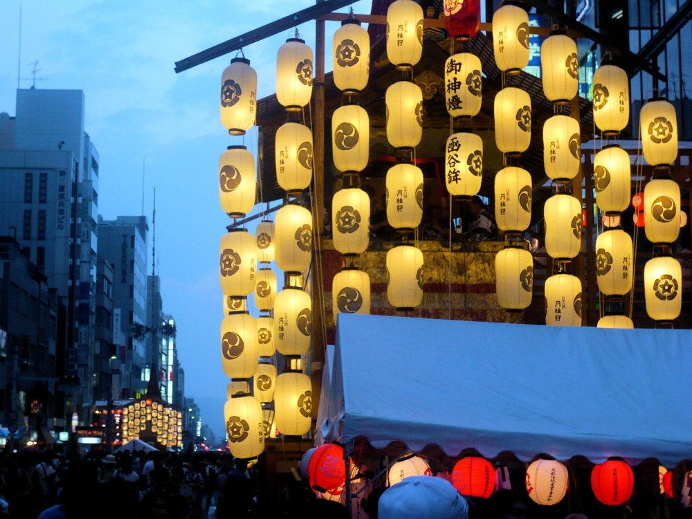 Dans les rues ornés de fleurs et de tentures colorées, illuminés par des lanternes