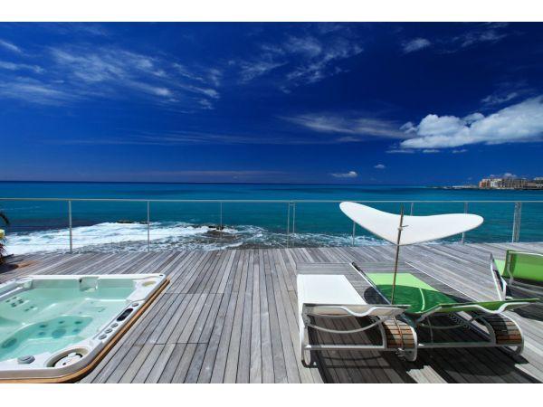 espace balnéo sur la terrasse face à la mer des Caraïbes