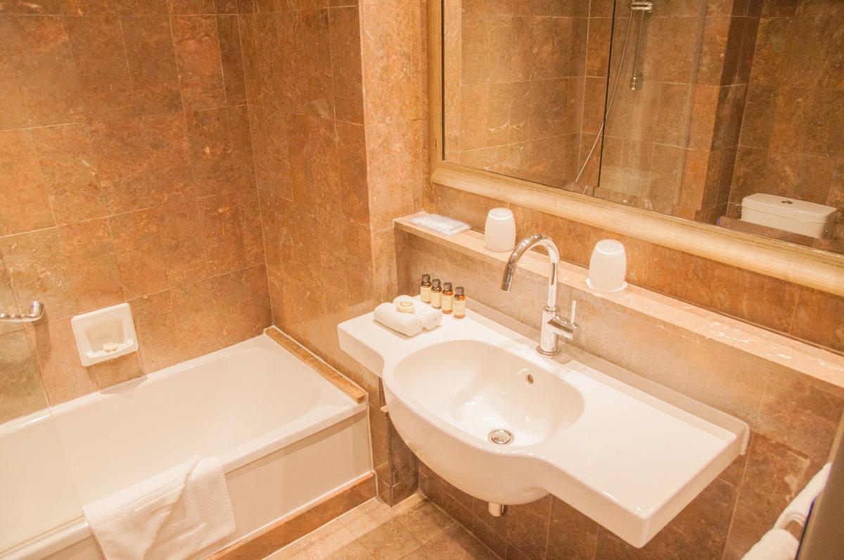 La salle de bain à l'Hôtel Pullman Tour Eiffel à Paris