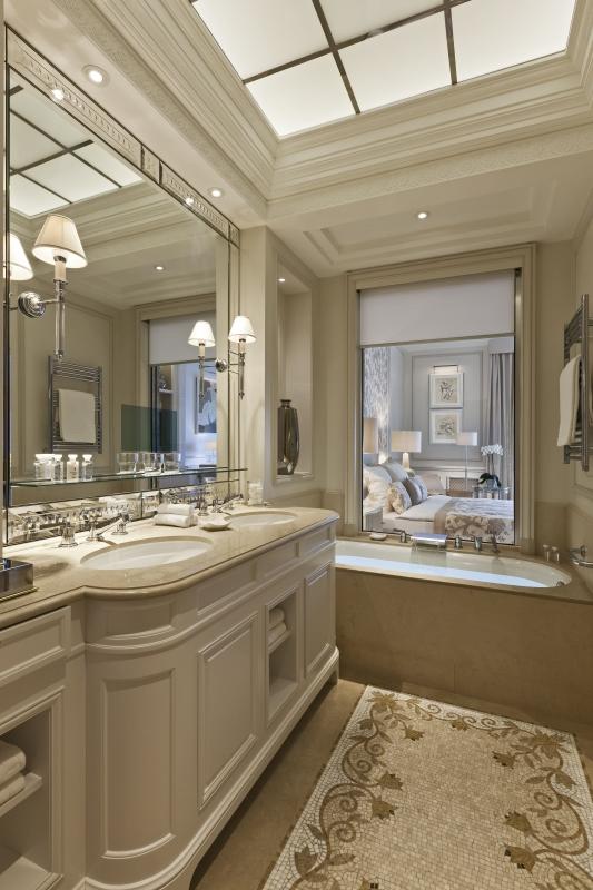 La salle de bains privative attenante au Beau Rivage Palace à Lausanne