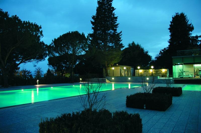 La Piscine illuminée de l'hôtel Beau Rivage Palace à Lausanne
