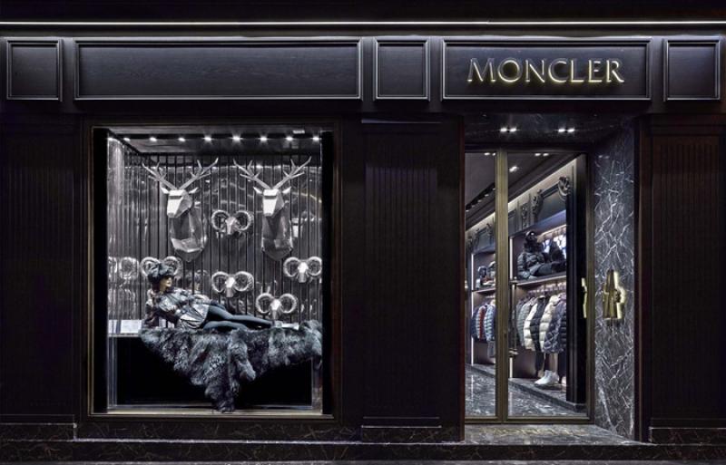 La façade de la boutique Moncler à Paris