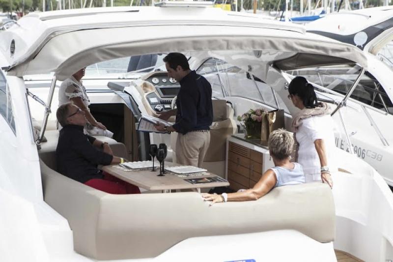 Sur un yatch de luxe au salon nautique de Barcelone