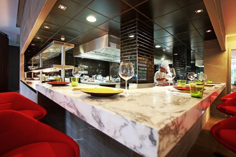 Une vue sur les cuisines et le bar lounge au Fr/ame à Paris