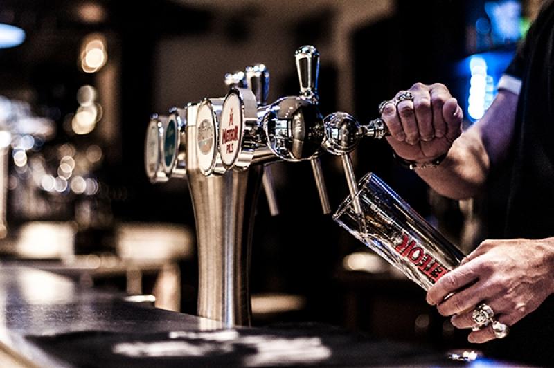 Boire une bière à l'apérock à Paris