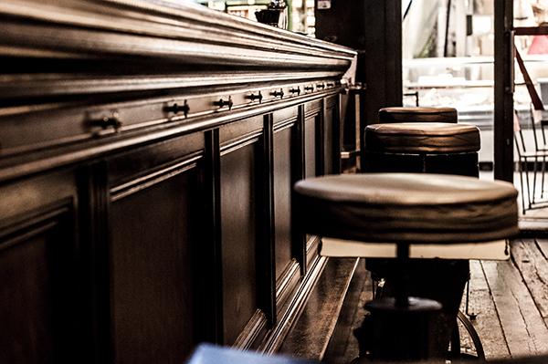 Ambiance vieux tabourets de bar à l'apérock à Paris
