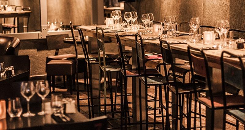 Dans la salle du restaurant l'apérock à Paris