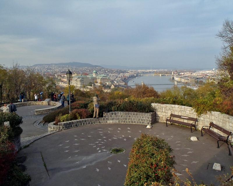 Dans le grand parc de Budapest, point de vue époustouflant sur Budapest