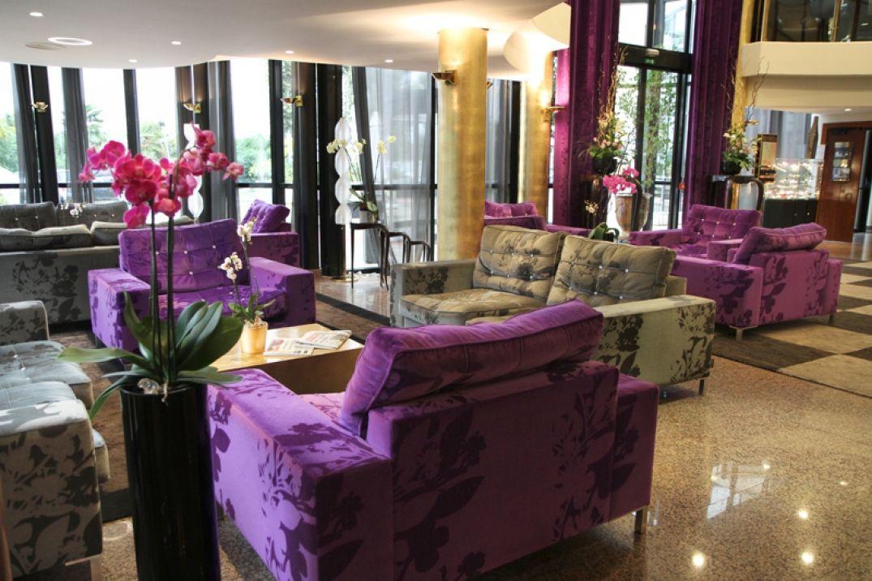 Les espaces communs dans le lobby de l'hôtel Palladia à Toulouse