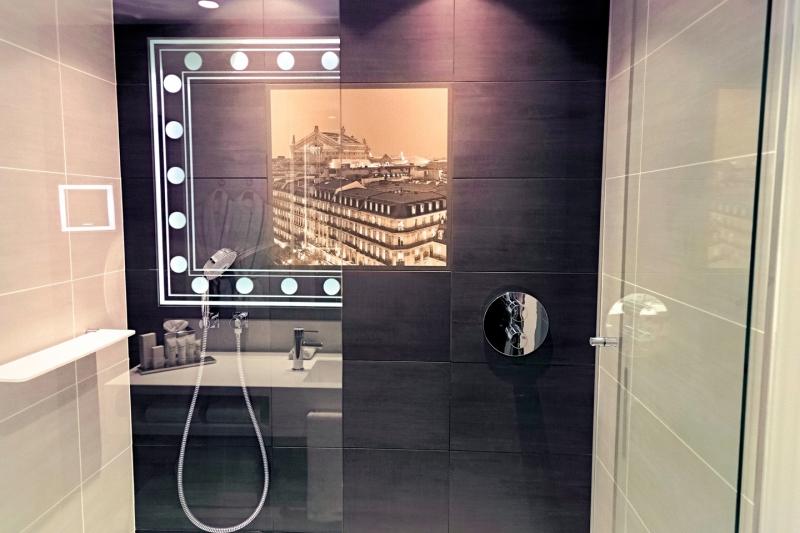 Dans la salle de bains privative attenante de l'hôtel Indigo Paris Opéra