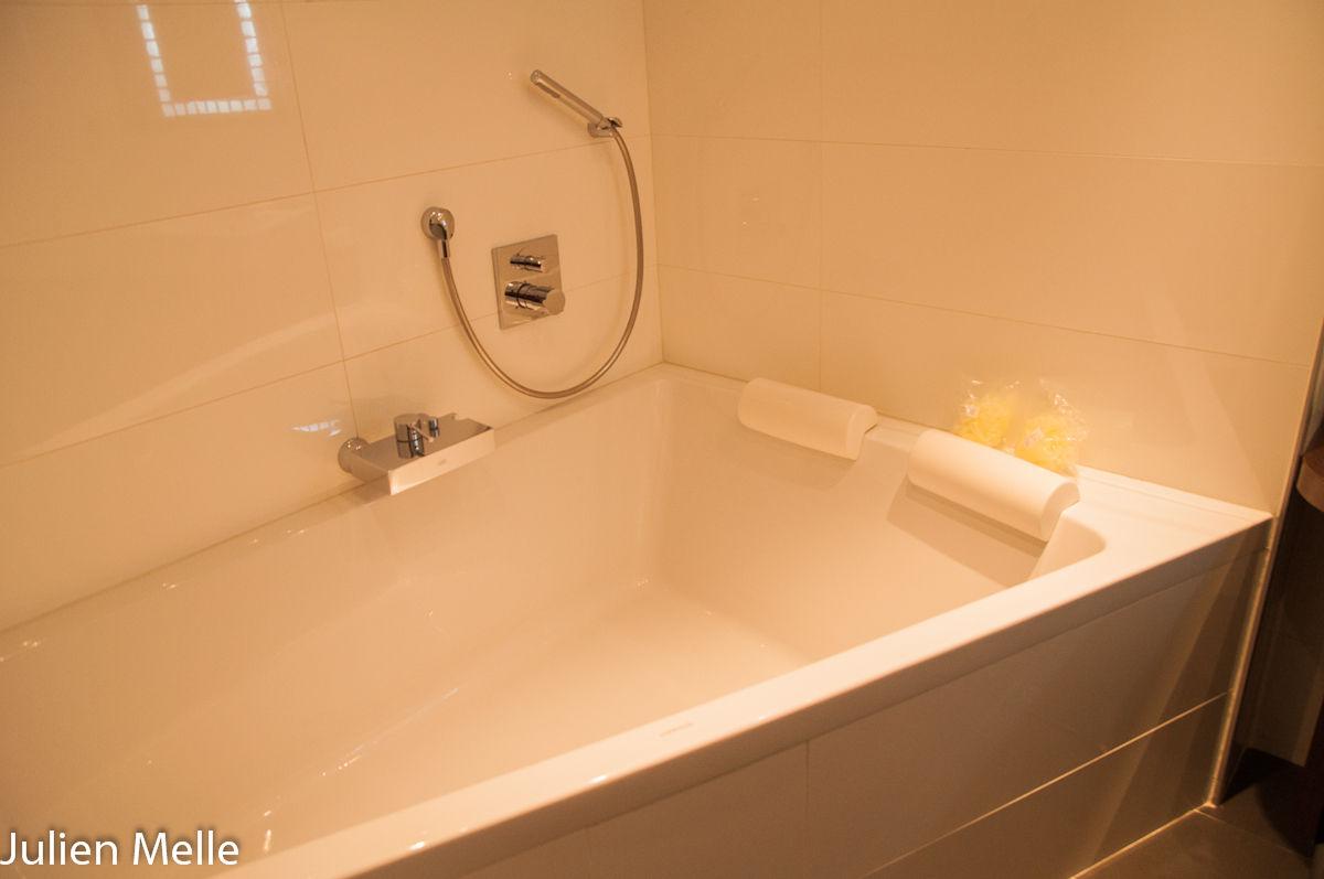 La salle de bains privative attenante dans l'hôtel Palladia à Toulouse