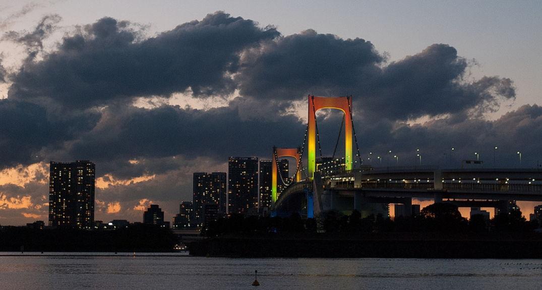 Vue sur le pont de Tokyo de Odaiba futuriste