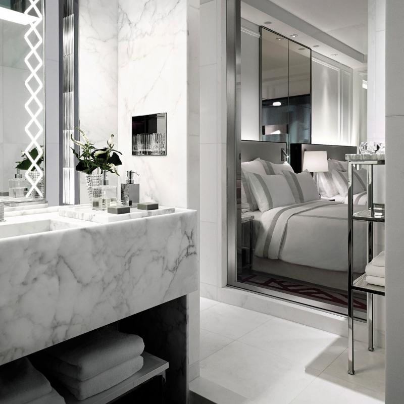 Chambre et salle de bain au Baccarat hôtel à New York