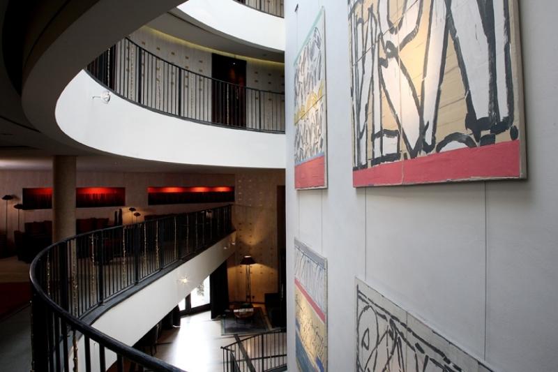 Tableaux design dans la galerie de l'hôtel Square à Paris