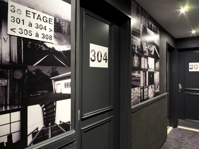 Dans le couloir du 3e étage de l'hôtel Gaston à Paris