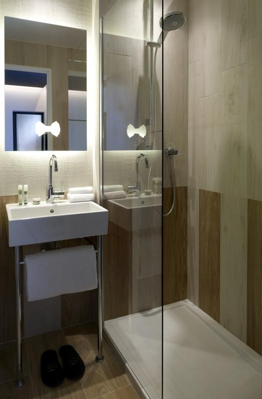 Dans la salle de bains privative attenante d'une chambre de luxe à l'hôtel Gaston