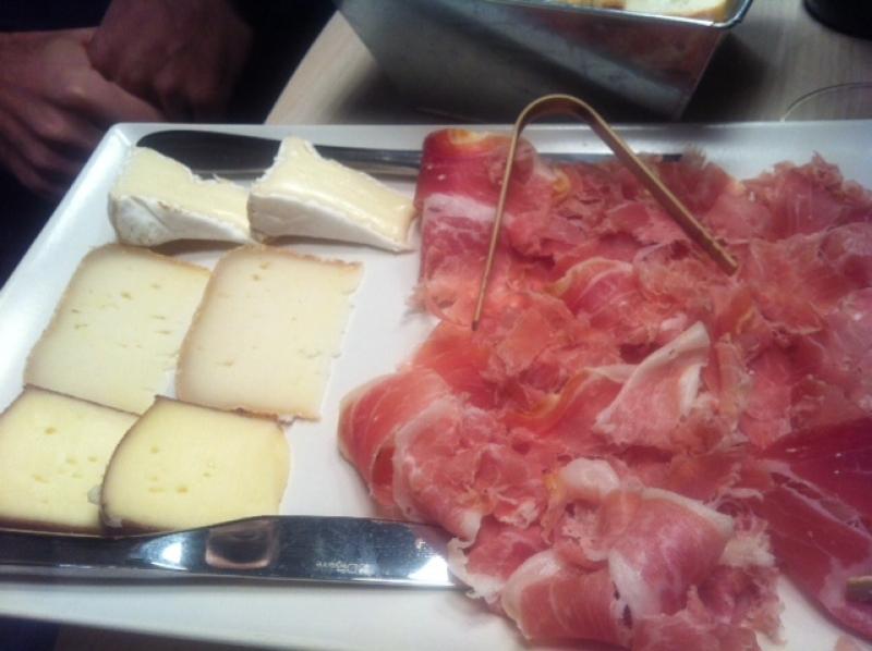 Une plancha de charcuterie et de fromage aux 3 caves à Toulouse