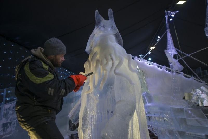 Artiste à l'œuvre sur les Sculptures de glace à Liège Anvers
