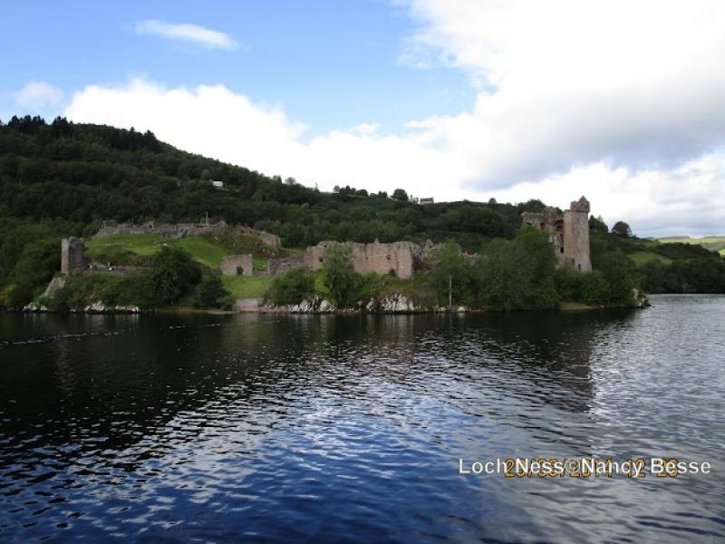 Sur les rives du Loch Ness, château et ruines en Écosse