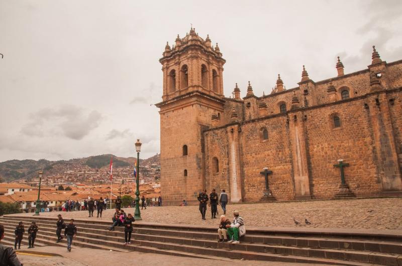 La cathédrale de Cuzco trône sur une place.