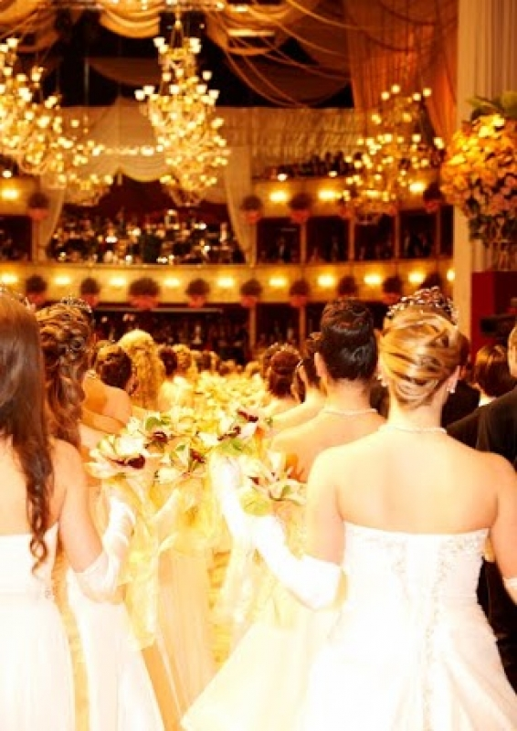 Robe blanche de princesse pour dress-code au bal de Vienne