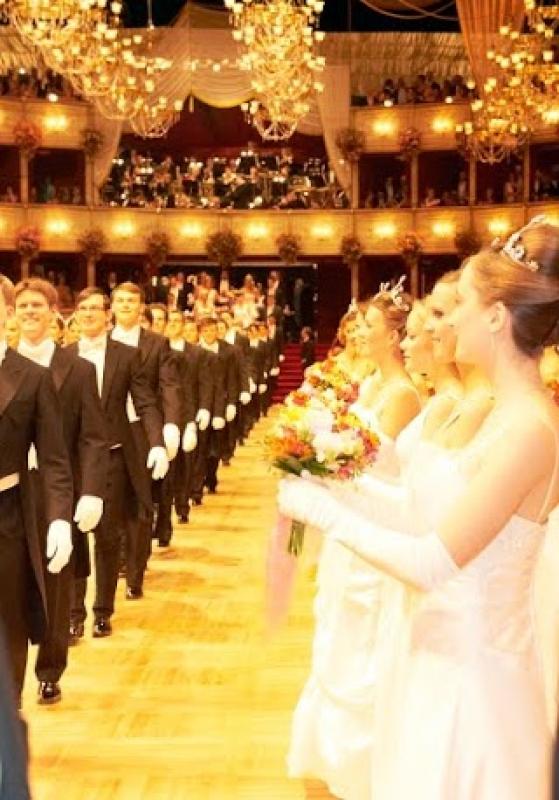 En ligne, prêtes à danser au bal à Vienne