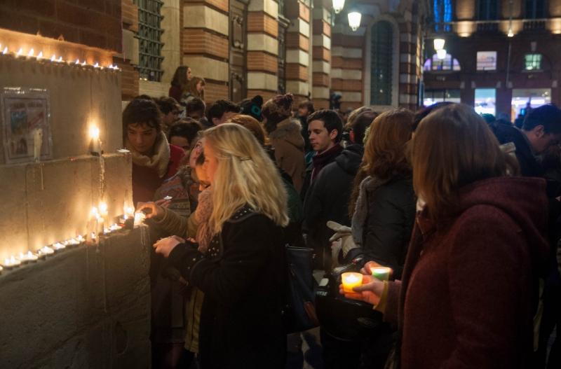 Des bougies pour soutenir les survivants