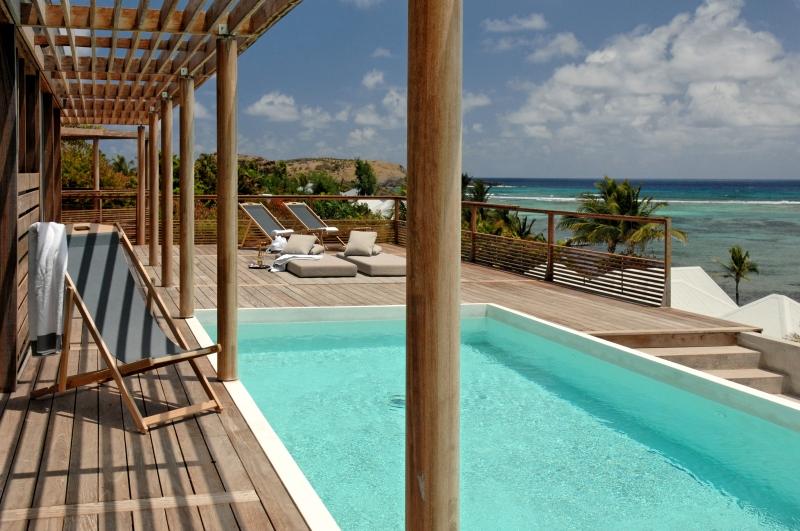 Terrasse sur la belle piscine au Sereno à St Barthélemy