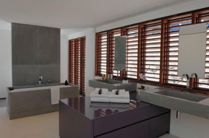 Dans une des salles de bains privatives attenantes de l'hôtel le Sereno à St Barthélemy