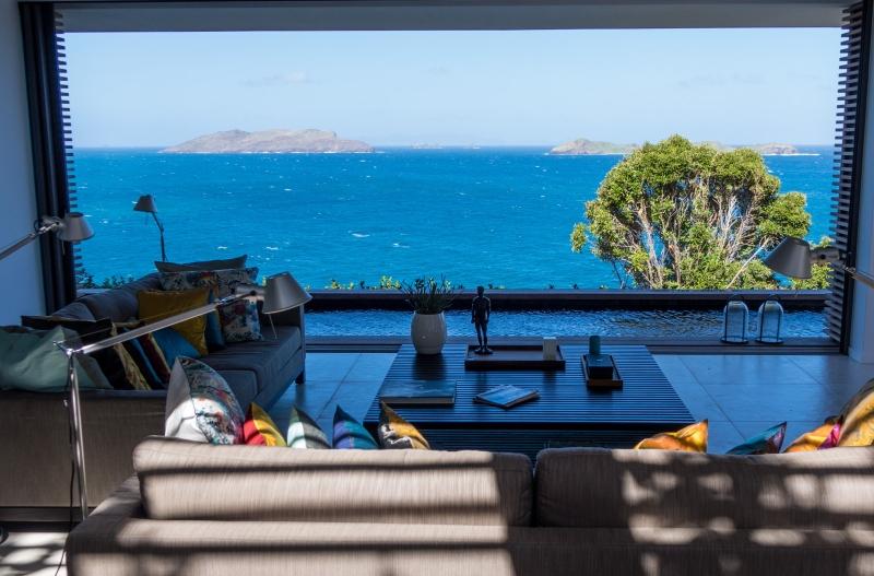 De grandes baies vitrées offrent un point de vue reposant sur la mer des Caraïbes