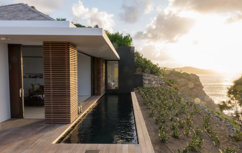 La piscine de la villa Bel Amour face à la mer des Caraïbes