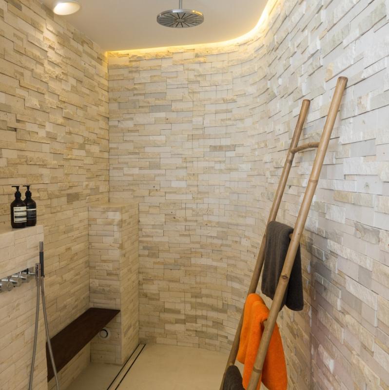 Dans la salle de bain privative