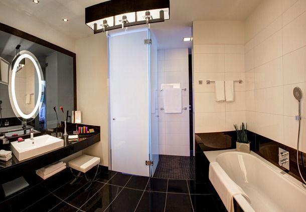 Noir et blanc pour cette salle de bain